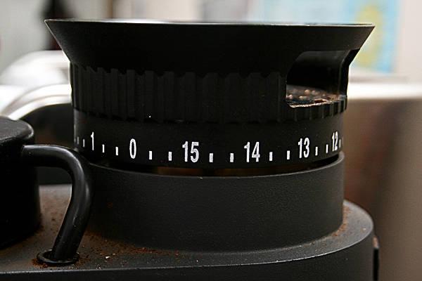 Деления колеса помола кофемолки расположены по всей окружности