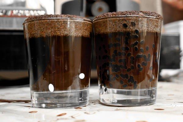 На поверхности стаканов образуется шапка, которая удерживает кофейные запахи