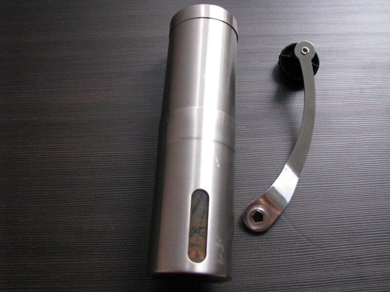 f4530d8e0c9e Внешнее отличие только одно — в нижней чаше кофемолки пластиковые окошки.  Практического смысла они не имеют и сделаны, скорее всего, для экономии  металла.